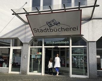 {#Bücherei Außenansicht mit Person 2019 für WebPortal}