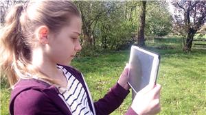 {#Brand, Selma Kind mit Tablet für Werbezwecke}